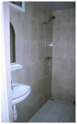 badkamer is voorzien van warmwater,een wasbak met spiegel,kledinghaken,handdoek rek.