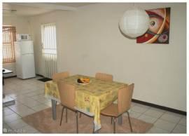 eettafel voor 4 personen,papieren hanglamp,schilderij en deco hoek
