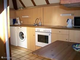 De keuken is volledig ingricht met  o.a. keramische kookplaat,oven,koelkast met vriesgedeelte,senseo-en filterkoffiezetter ,waterkoker,magnetron.