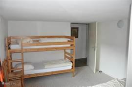 Tweede slaapkamer met stapelbed en eenpersoonsbed+onderschuifbed.