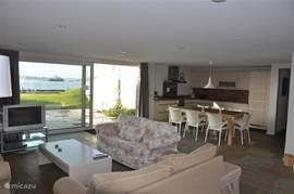 Ruime (60m2) woonkamer met aangrenzend woonkeuken en grote eethoek.