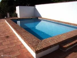 prive zwembad afgezet voor veiligheid kinderen.