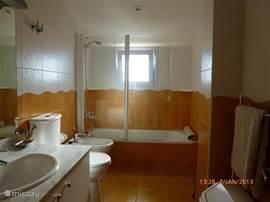 Deze ruime goed geoutilleerde badkamer ligt tussen twee slaapkamers op de bovenverdieping. Er tegenover ligt de derde slaapkamer. Ligbad, douche, bidet, toilet en wasbak