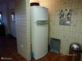 Bij de keuken hoort een grote koel/vries combinatie. Het vriesdeel op ooghoogte.