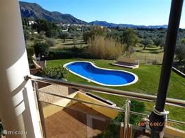 Wat dacht u van dit grote zwembad. Rondom een mooi grasveld en een lekkere douche.