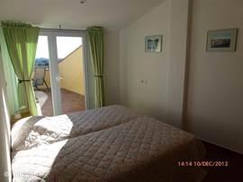 Op de bovenverdieping liggen de drie slaapklamers en badkamer. Ze zijn lekker ruim en hebben daarnaast een afzonderlijke airco ten opzichte van de benedenverdieping. Alle drie de slaapkamers liggen aan de twee grote terrassen op bovenverdieping.