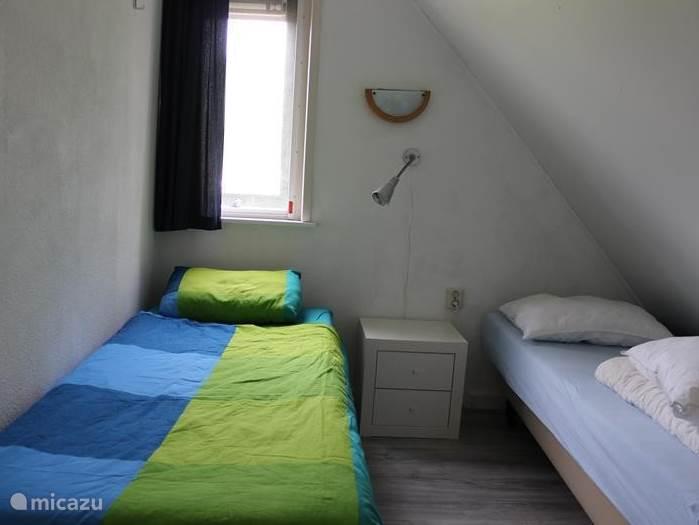 * Naast de grotere slaapkamer, zijn er twee kleinere slaapkamers. * Beide kamers hebben 2 box-spring bedden.