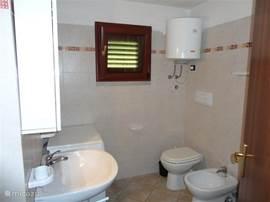 Complete badkamer met toilet, wastafel, bidet, douche en wasmachine