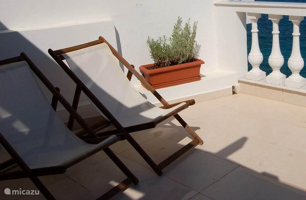 De helft van het dakterras ligt in de zon, dus u kunt bruin worden in de strandstoelen!