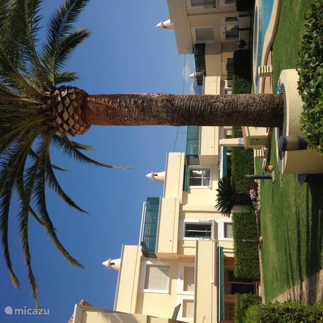 Het appartement ligt op de eerste etage en kijkt uit op de binnentuin en het zwembad.