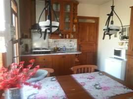 Op de 1e etage is een gezellige eetkeuken, met 4 pits kookplaat, koelkast, oven, airco en eigenlijk alles wat een keuken nodig heeft er is ook een klein ontbijt terrasje.