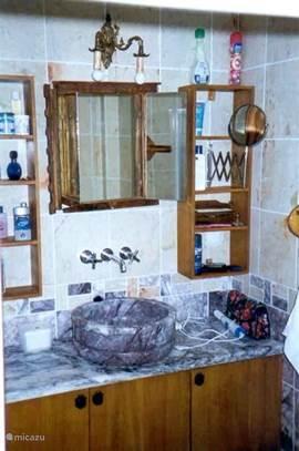 Op de 1e etage een mooie ruime badkamer met inloop douche, toilet en vaste wastafel en voldoende handdoeken.