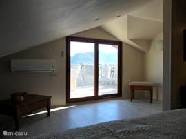 Slaapkamer op de 2e etage, schuifpui naar het dakterras.