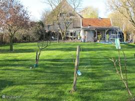 Achtertuin kijkt uit over de velden, op de veranda kunt u genieten van de rust en de ruimte onder het genot van een glaasje wijn. In de avonduren kunt u nog heerlijk genieten van het buitenleven. Inmiddels hebben we ook n 30 meter lange kabelbaan in de tuin, geschikt voor jong en oud.