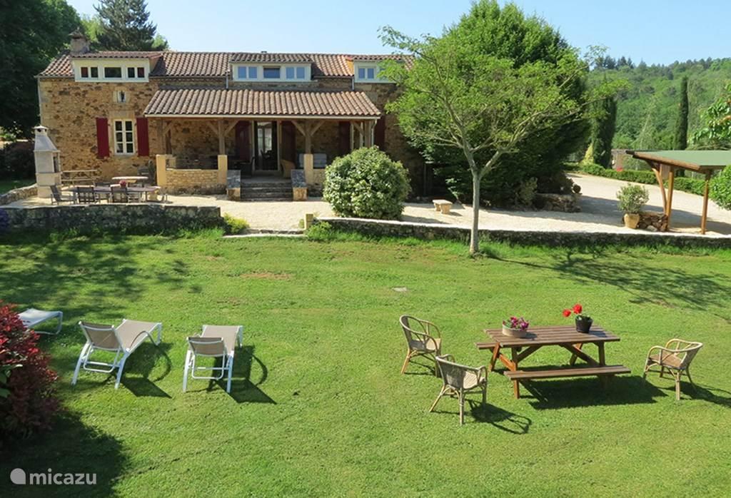 De karakteristieke zeer luxe boerderij. Groot overdekt terras en een terras met BBQ en een tafel van 2,5 * 1m met comfortabele stoelen. Op het gras ligbedden. Uw terrein ca. 2 hectare (20.000 m2).