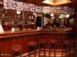 De bar in het restaurant van het recreatie park. Ook is er een poolbiljart en in de snackbar zijn dartborden voor de liefhebbers