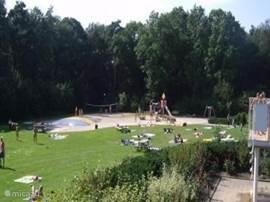 Het verwarmde openlucht zwembad in Vledder. Dit zwembad ligt direct naast het recreatiepark en is toegankelijk met de zgn. Adelhofpas