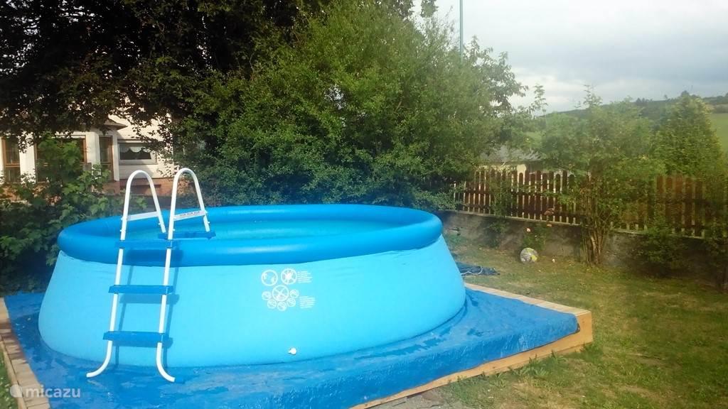 In de zomermaanden staat het zwembad (4 x 1,20m) voor u klaar!