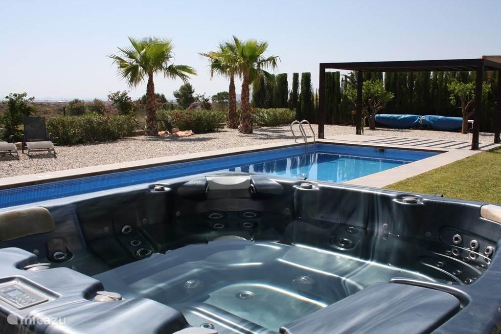 In welk water zwemmen? Het eigen zwembad met zeezicht of de zee zelf?