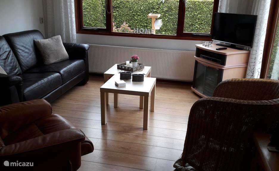 een gezellige woonkamer met een mooi uitzicht op het terras