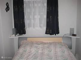 2 persoons-slaapkamer met inbouwkast.