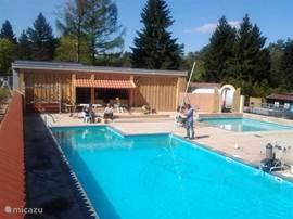 het nieuwe zwembad hier kunt U heerlijk een duikje nemen en lekker genieten van de zon.
