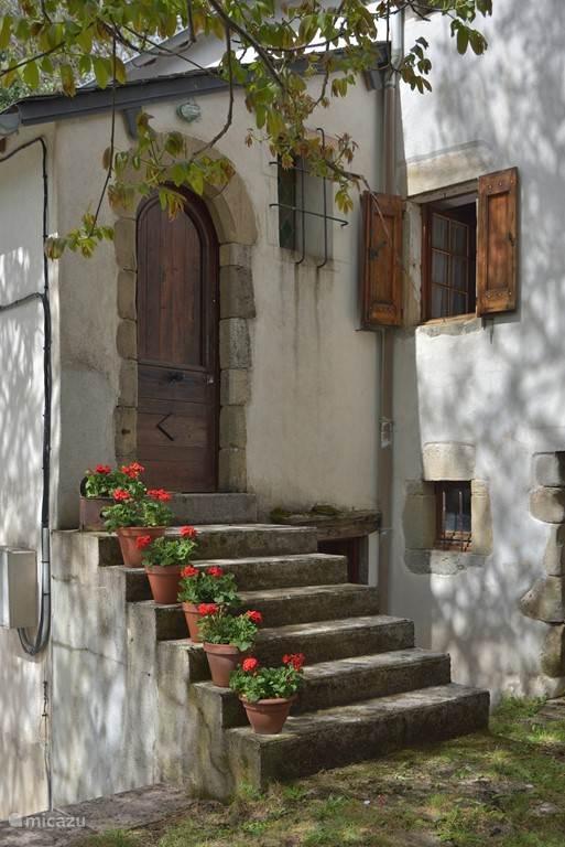 Pradalaux, geraniums op de trap