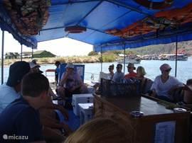 Per taxi-boot naar het strand. Alleen dàt tochtje is de moeite al méér dan waard!
