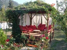 's middags lekker relaxen in de Kösk, een verhoogd terrasje met luie kussens.