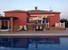 Achterzijde woning, terras en zwembad
