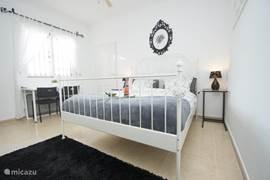 Luxe ruime woon/slaapkamer met eigen opgang in Finca