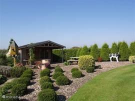Het tuin huis achter in de ruime tuin