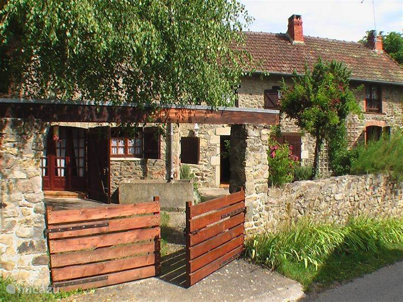 Vacation rental France, Auvergne, Bregiroux farmhouse Maison Pultrum
