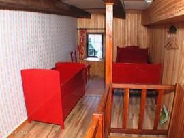 Slaapkameer 4 mit 1 Einzelbett und Kinderbett.