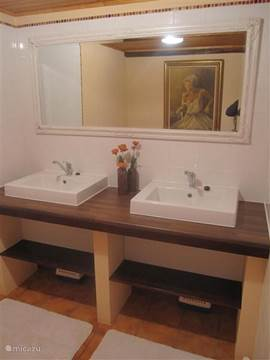 spacious 2nd bathroom 2 sinks