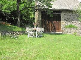 On the side of the living area attached schuur.Het property is located on a dead end road.