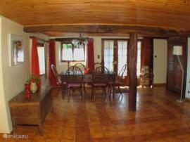 Große, geräumige Esszimmer / Spielzimmer mit Terrassentüren zum Garten. Wunderbar für kleine Kinder und ... ihre Eltern. Laufstall und Hochstuhl im Speisesaal nächsten.