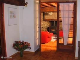 Mit Blick aus dem Esszimmer in das Wohnzimmer.