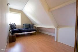 Slaapkamer 3, eveneens van 19 m2 met eenpersoonsbed en hang/legkasten. Overigens is overal in huis bereik (wifi).