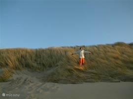 Na 200 meter loop je via een rustige doodlopende weg de duinen in.
