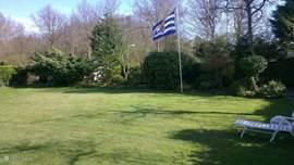 Uitzicht op de tuin vanaf het huis. Er zijn twee ingangen: als u hier links de poort uitloopt kunt u iedere ochtend op 30 meter verse broodjes halen!