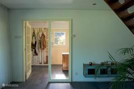 Vanuit de kamer een inkijkje in de hal van Zeeuws meisje met mooie kapstok van Piet Hein Eek.