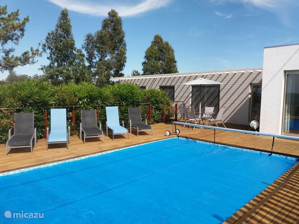 Het zwembad met loungedeelte