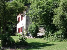 The house is hidden behind the trees. The small terrace next to the gite is in the morning sun and is very suitable to linger for breakfast
