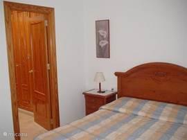 Slaapkamer met kleedkamer ensuite.