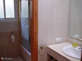 Wastafel en badkamer op de eerste verdieping