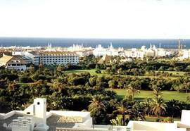 Het panoramische uitzicht vanaf het huis op de golfbaan, de Middellandse Zee en op het dorpscentrum, tevens jachthaven, van Almerimar.