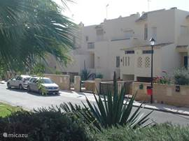 Zicht vanaf de tuinen van de woonwijk op de ingang van het huis Villa bella vista.