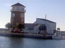 Het typische torentje bij de ingang van de Jachthaven van Almerimar.