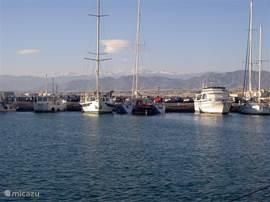 De zeilboten in de jachthaven van Almerimar.